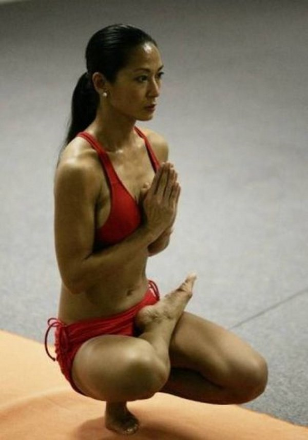we-cant-help-but-get-a-kick-out-of-these-yoga-pics006