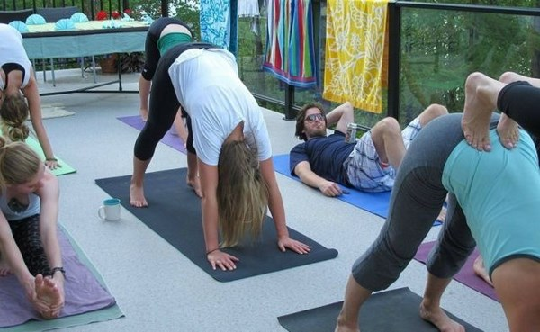 we-cant-help-but-get-a-kick-out-of-these-yoga-pics007