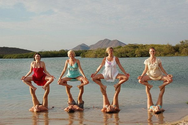 we-cant-help-but-get-a-kick-out-of-these-yoga-pics018