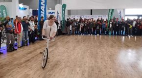 This Woman Does Some Amazing Bicycle Tricks!